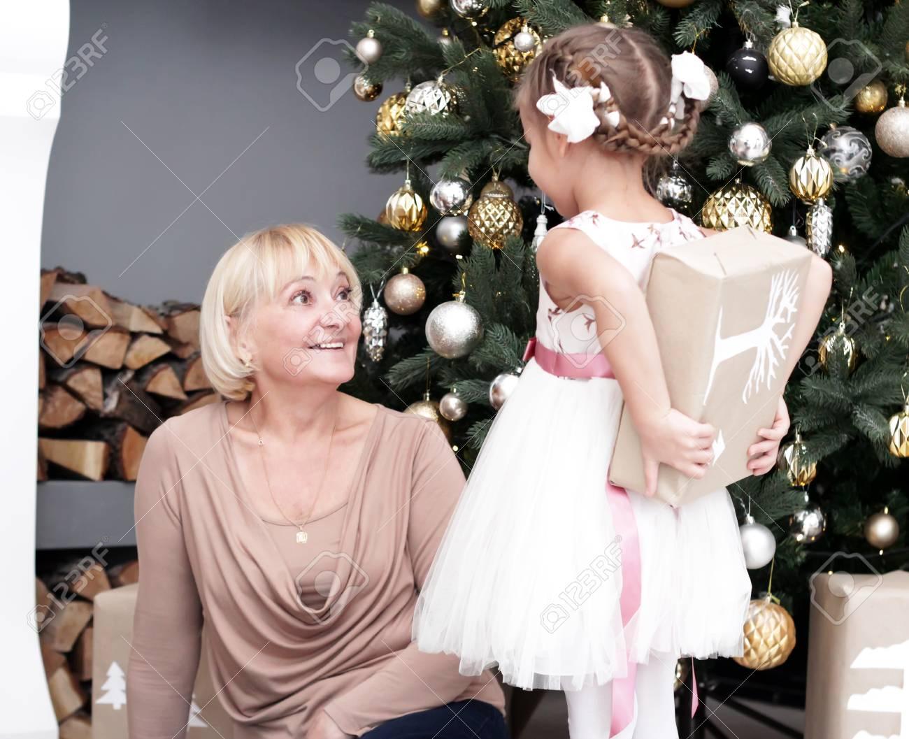 Porträt Der Glücklichen Enkelin Versteckendes Weihnachtsgeschenk Für ...