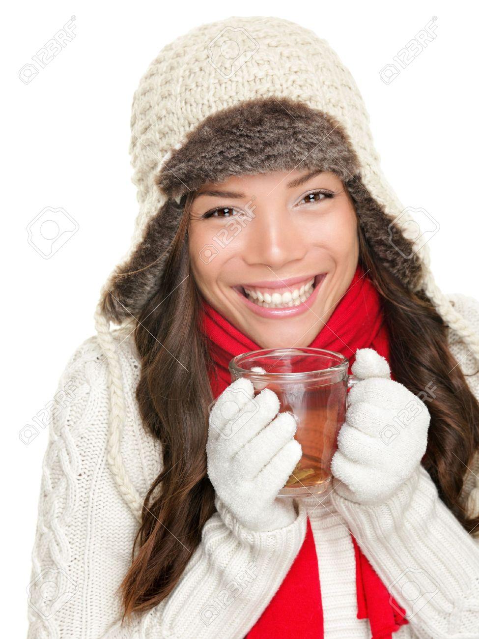 3c4fbec8d30b Archivio Fotografico - Inverno bere il tè caldo donna con abbigliamento  invernale, maglione, guanti e foulard. Bella razza mista asiatico ragazza  modello ...