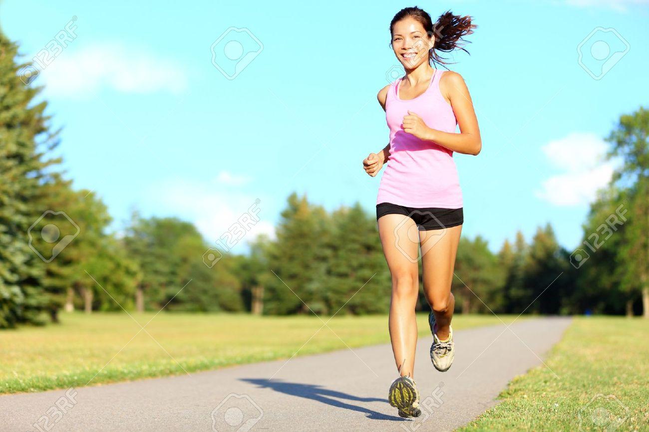 Sport Asiatique sport de fitness femme en cours d'exécution dans le parc le jour de