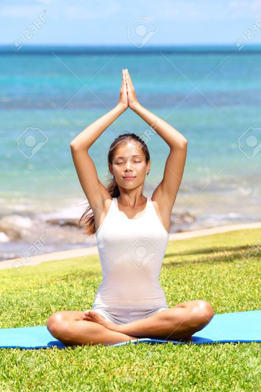 Foto de archivo - Yoga Meditación de la mujer por el mar haciendo el  Sukhasana 419150022d75