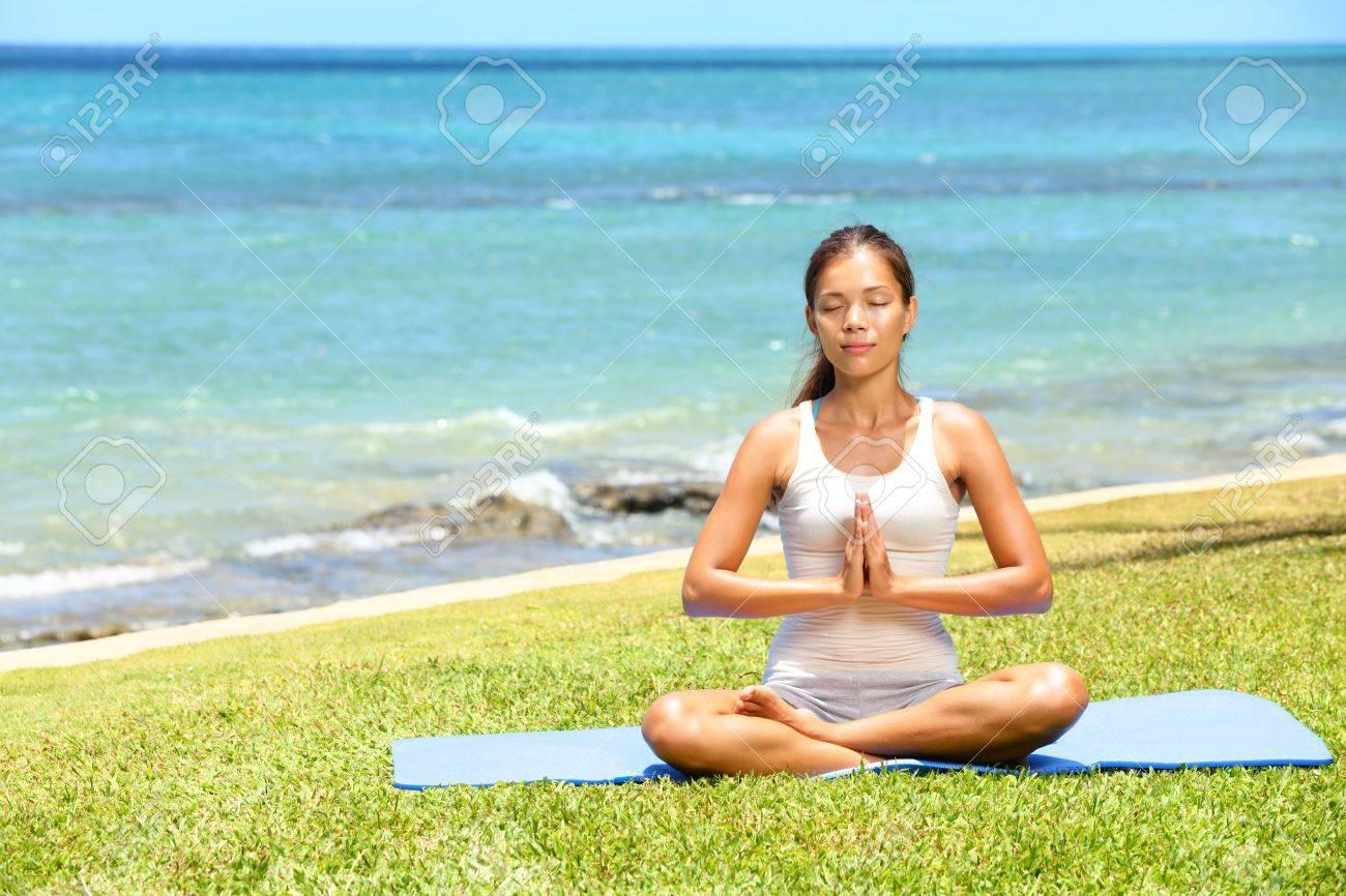 Yoga Mujer Mujer Meditando Relaja Por El Mar Océano Haciendo El Sukhasana 393b5325da1a