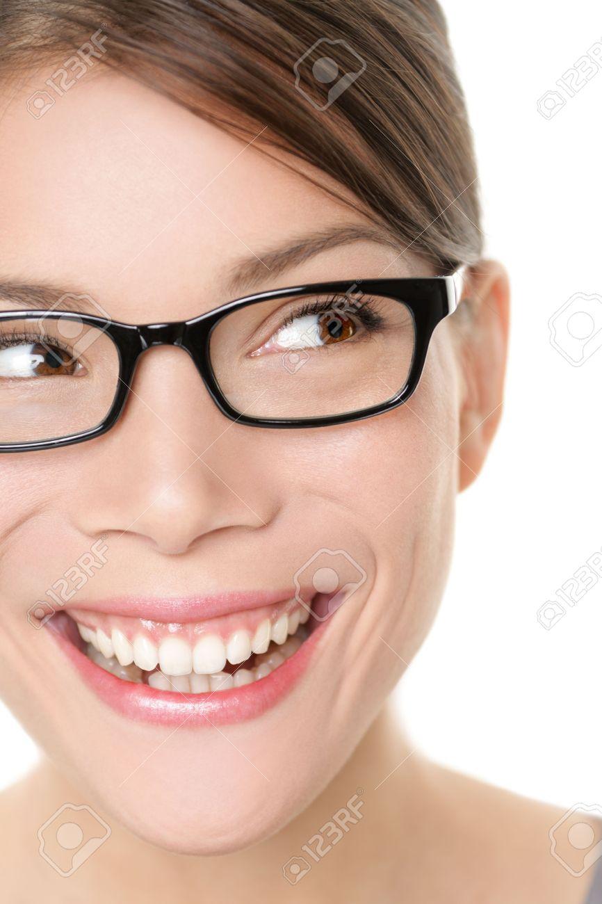 10dc57de986381 20918340-eyewear-lunettes -femme-regardant-heureux-à-l-autre-avec-un-grand-sourire-le-port-de-lunettes -gros-p.jpg