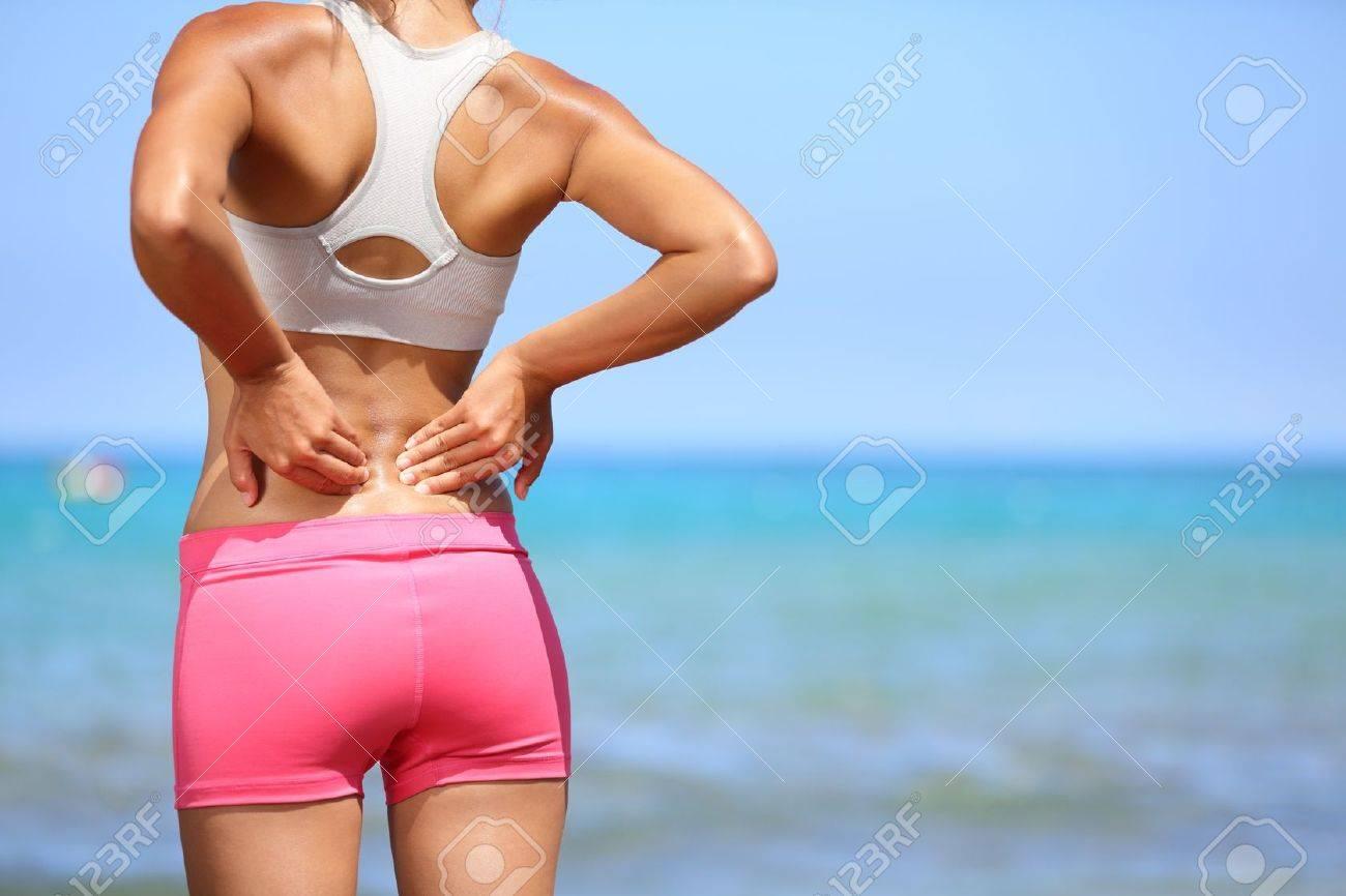 Rückenschmerzen. Athletic Frau In Rosa Sportbekleidung Stehend Am ...