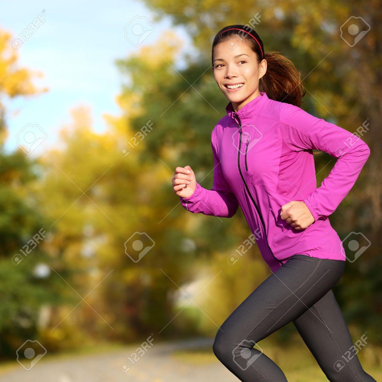 Jeune Femme Asiatique Course Joggeur Femme Heureuse. Femme Jogging Dans Le  Parc Coureur Dans La Forêt En Automne Parc En Couleurs D automne. 0f46380a252