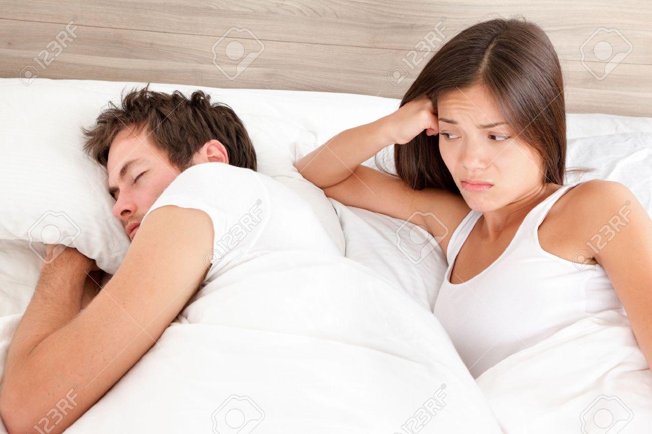 Huwelijk echtpaar huwelijksproblemen in bed. sex probleem of ...