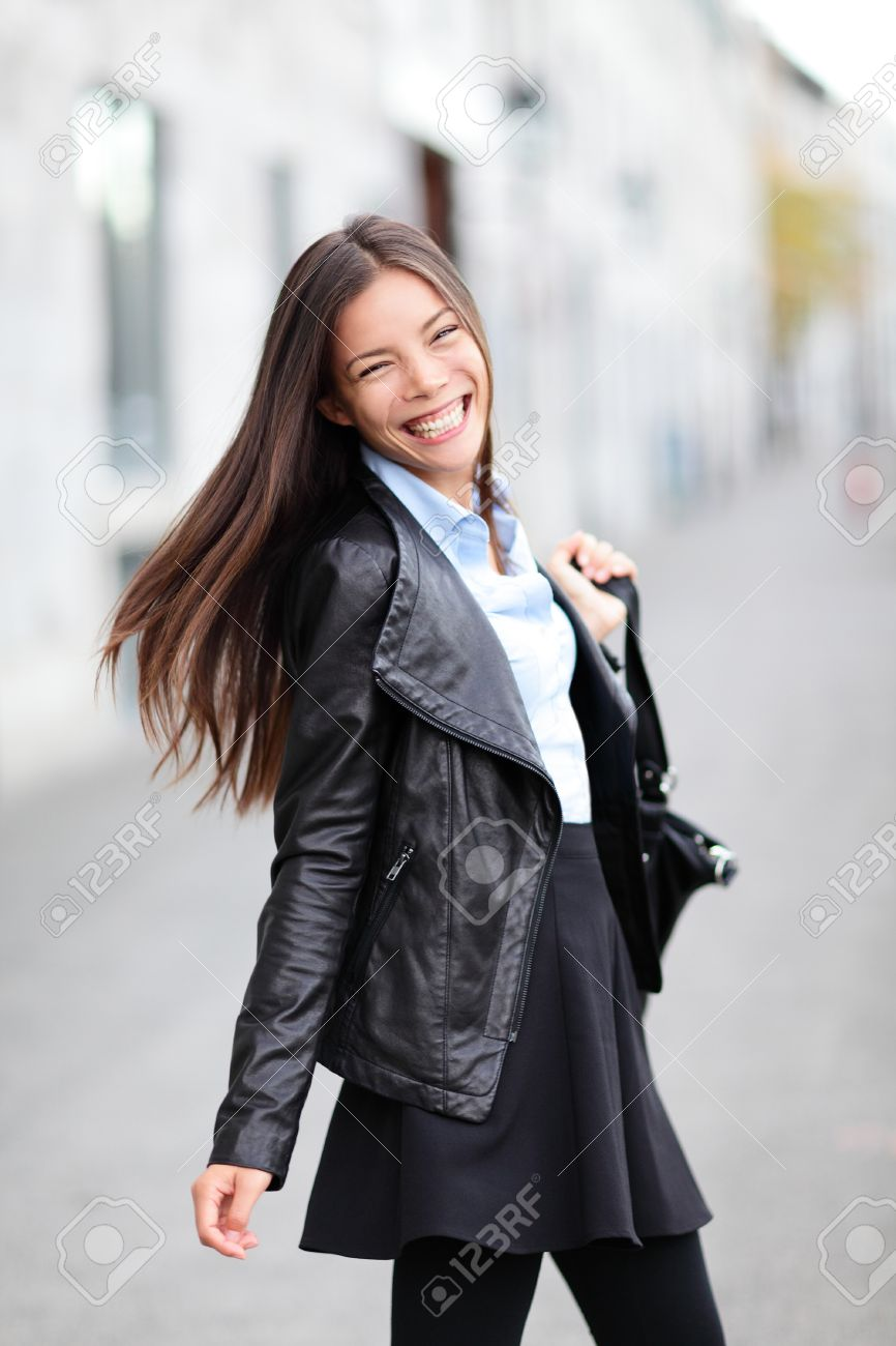 brand new bd842 eb9b3 Città ragazza - donna moderna urbano sorridente felice con il cuore. Moda  femminile che indossa giacca di pelle nera a piedi fuori in strada. Bella  ...