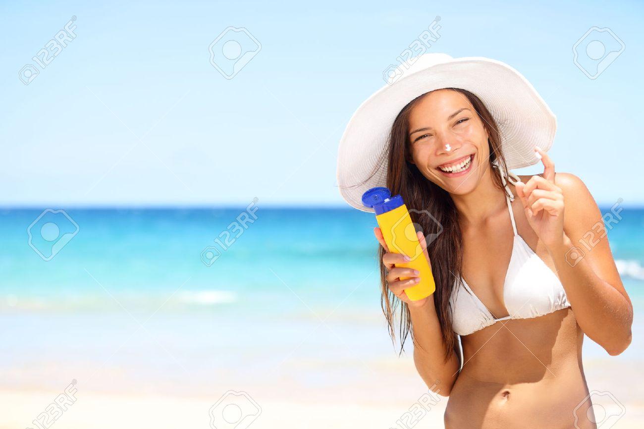 Femme Solaire à La Plage En Bikini Appliquer La Crème Solaire écran Solaire  Pour La Protection UV. Fille Souriant à La Caméra, Vêtu De Blanc Chapeau De  ... 4b79bdaee42