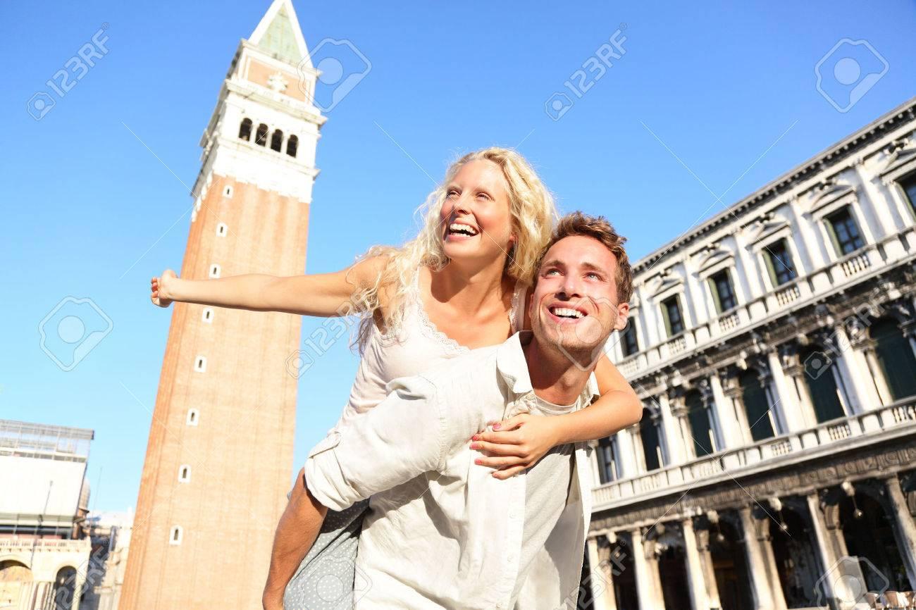 Pareja Romántica En El Amor Que Abraza Y Que Ríe Divertido Haciendo ...