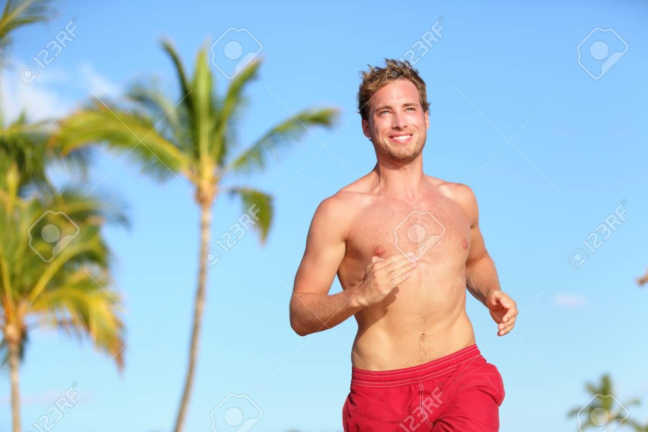Traje Sonriente En Tropical Guapo Con De PalmerasBuena Verano Masculino Musculoso Corriendo Playa Baño Hombre Modelo O La Feliz 5L3AjqR4