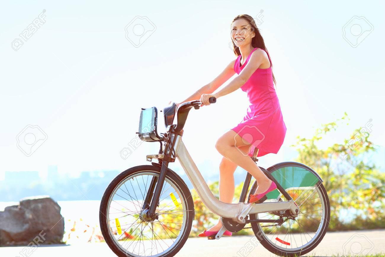 Estremamente Ragazza In Bicicletta Nel Parco Della Città In Bicicletta. Donna  LE43