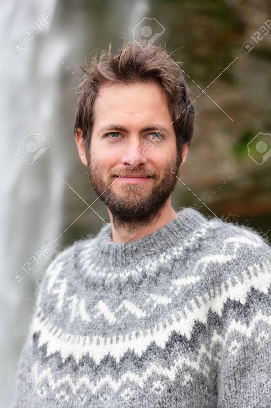 Retrato Del Hombre En El Suéter Islandés Sonrisa Al Aire Libre Por ...