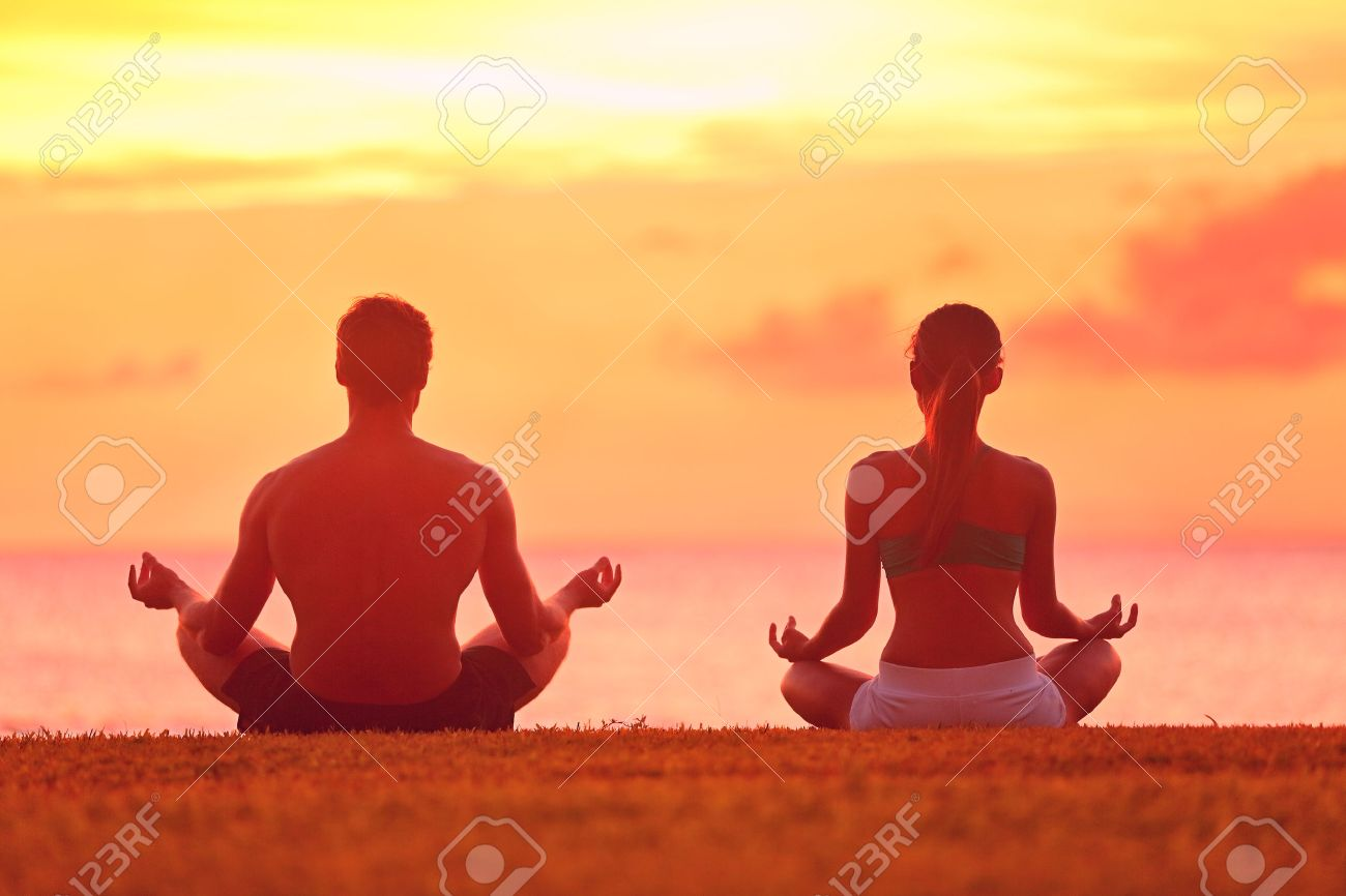 Meditation Yoga Meditieren Paar Am Ruhigen Strand Sonnenuntergang ...