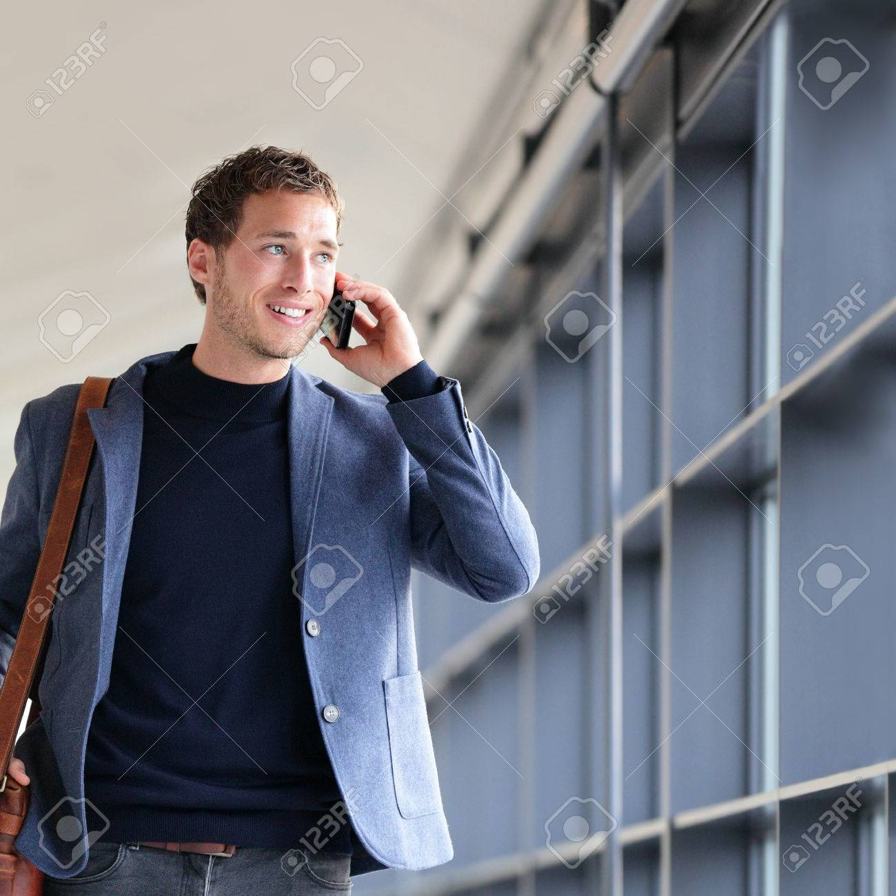 photo  homme d affaires urbain parler sur telephone intelligent voyager marche en pleine longueur de corps