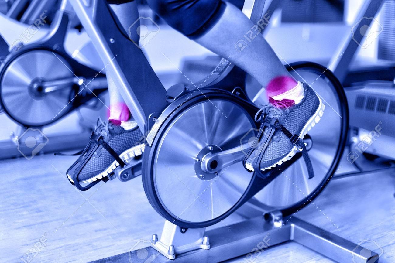 comparer les prix style classique de 2019 sur des pieds à Blessures sportives - la douleur de la cheville pendant l'entraînement sur  le vélo de rotation au gymnase. Gros plan des jambes de l'athlète féminine  ...