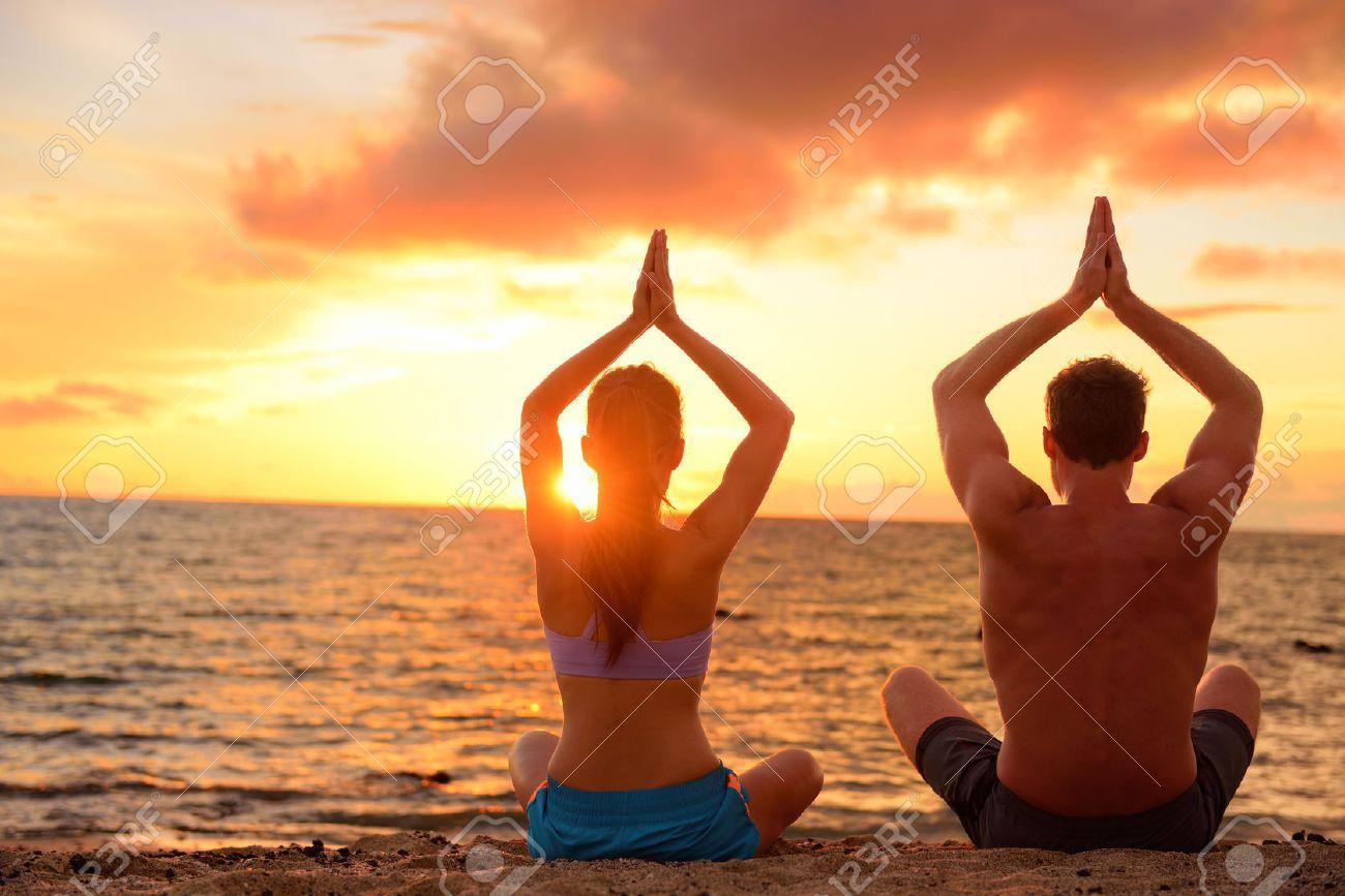 Yoga Paar Entspannen Tun Meditation Am Strand. Silhouetten Von ...