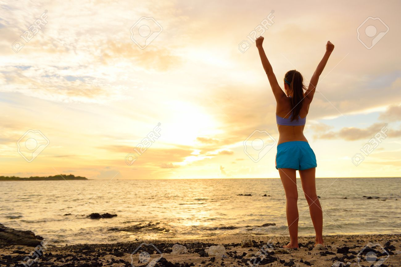 サンセット ビーチで応援の女性に勝つ自由。無料、成功した気持ちで海を見て空を背部腕から女性の大人との成功の概念。彼女の人生の成果。  の写真素材・画像素材 Image 39027348.
