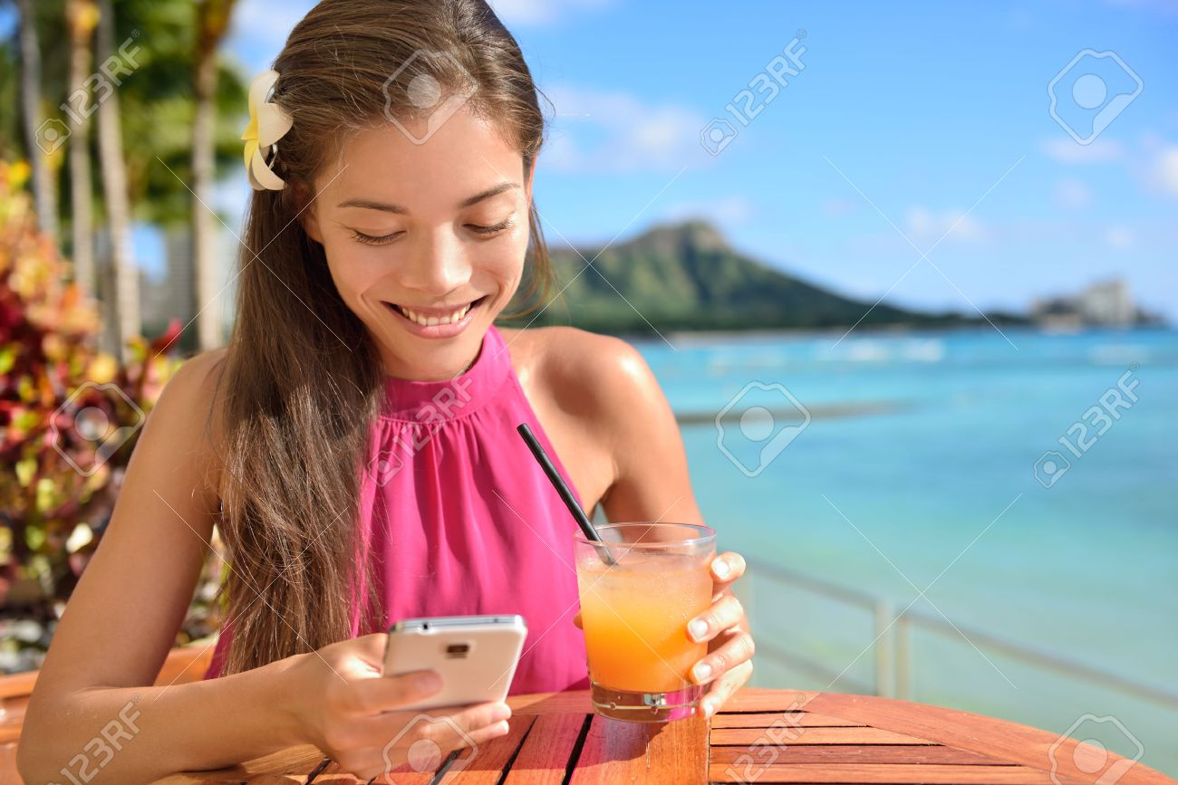 Frau Mit Smartphone Am Strand Bar Trinken Mai Tai Hawaii Cocktails