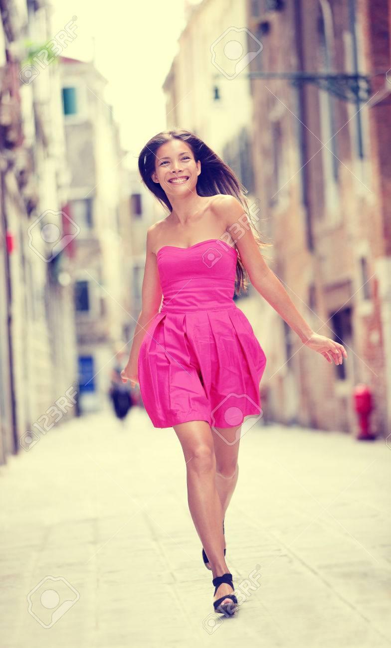 Sommerkleid Gluckliche Schone Frau In Rosa Sommerkleid Gehen Und Laufen Frohlich Lachelnd In Venedig Italien Sexy Mode Modell Madchen In Ihren 20ern Biracial Asiatischen Kaukasischen Weibliche Modell Ausserhalb Lizenzfreie Fotos Bilder Und