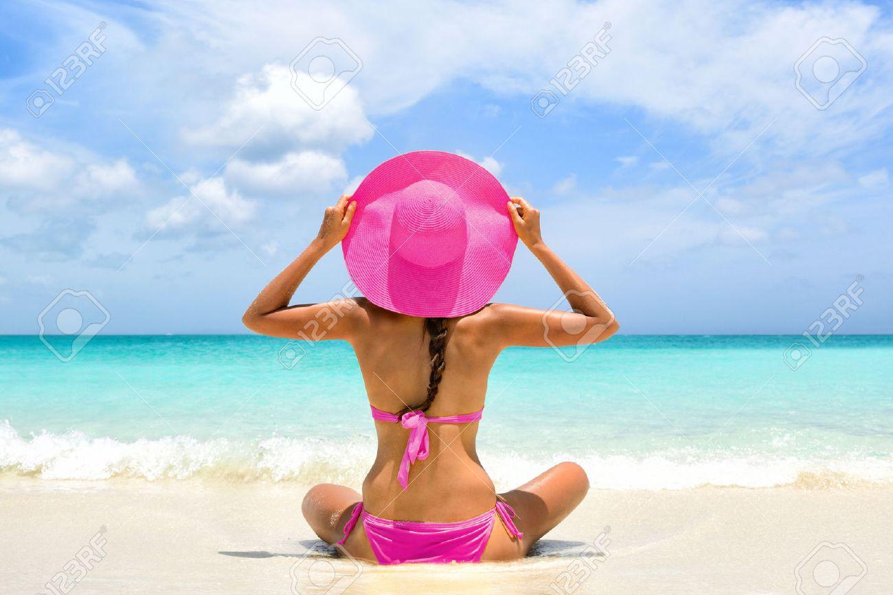 a27abfda8bb2 Mujer trajes de baño bikini rosa lindo que se relaja en perfecto paraíso de  destino el viaje de vacaciones de playa. Chica de la espalda tomados de la  ...