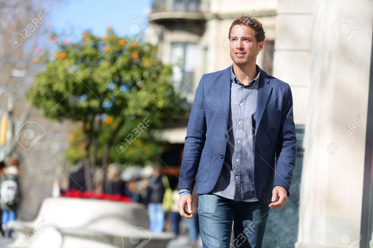 19b80b3d2c Handsome giovane uomo d'affari che cammina sulla strada della città al  mattino andando a lavorare in ufficio indossare intelligente abbigliamento  ...