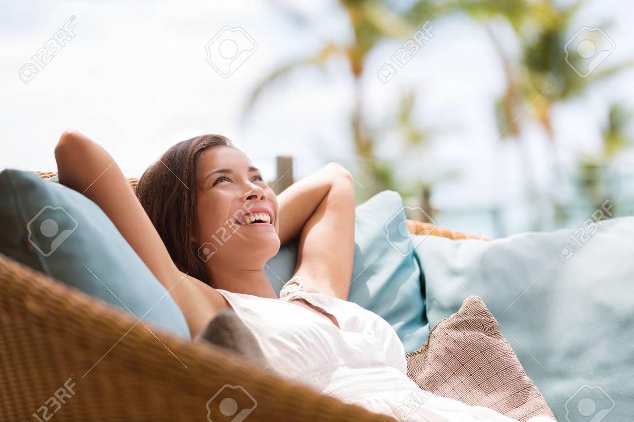 Mujer Inicio Estilo De Vida Relajado Disfrutando De Muebles De ...