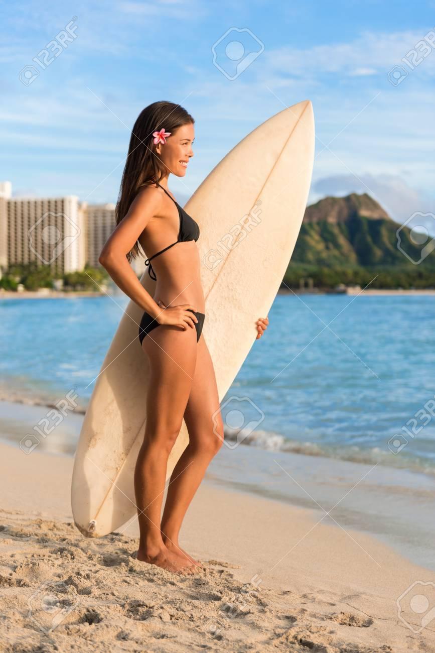 Bikini Regardant De Plage Surfer L'océanFemme La Surfeuse 4Rc5LSjAq3