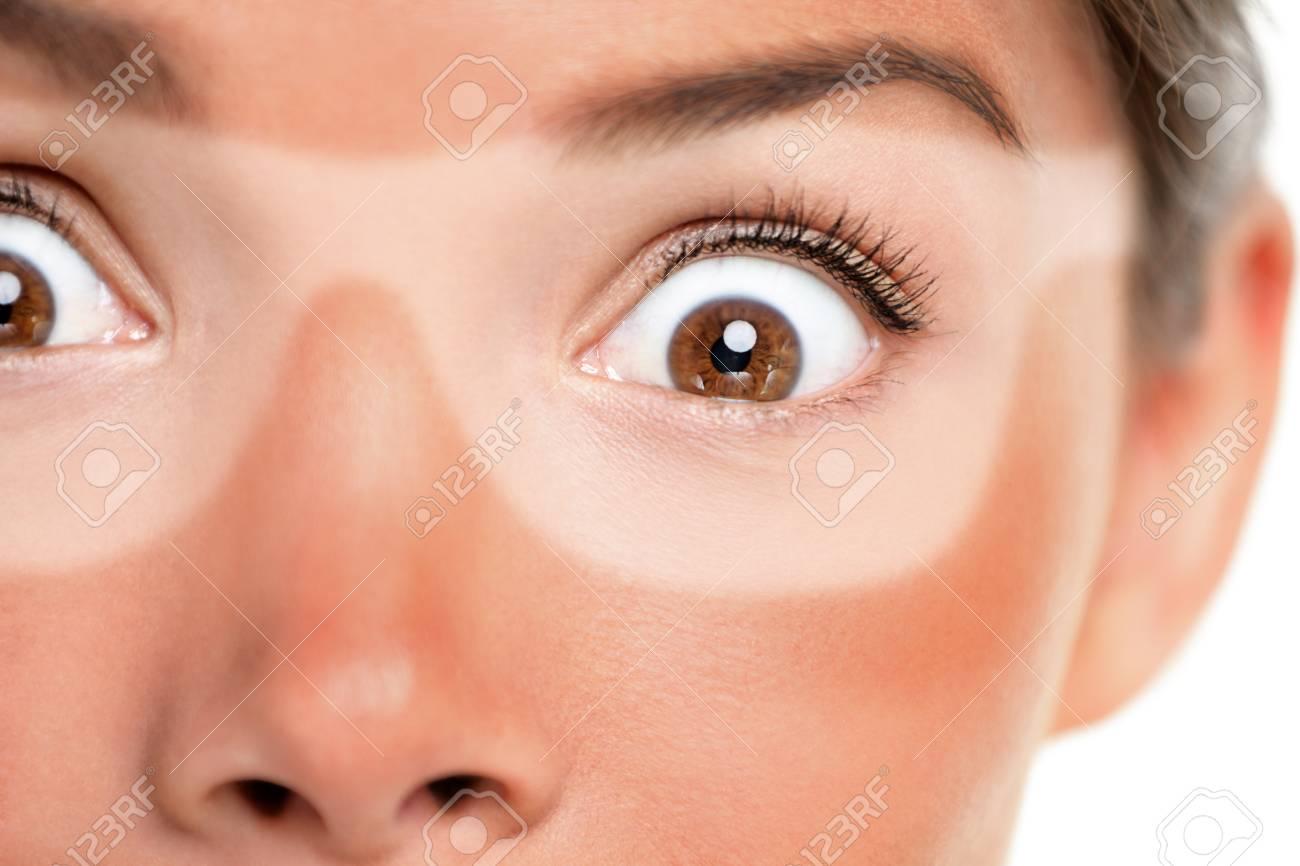 Une Femme Asiatique Effrayée Choquée Par Une Drôle D expression A Oublié De  Mettre De La Crème Solaire Sur Son Visage Pendant ... 1e454a2d714