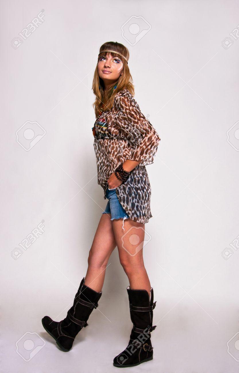 Banque dimages , Jeune, brillante et jolie fille de hippie portant des vêtements vintage de style sur fond gris dans le studio