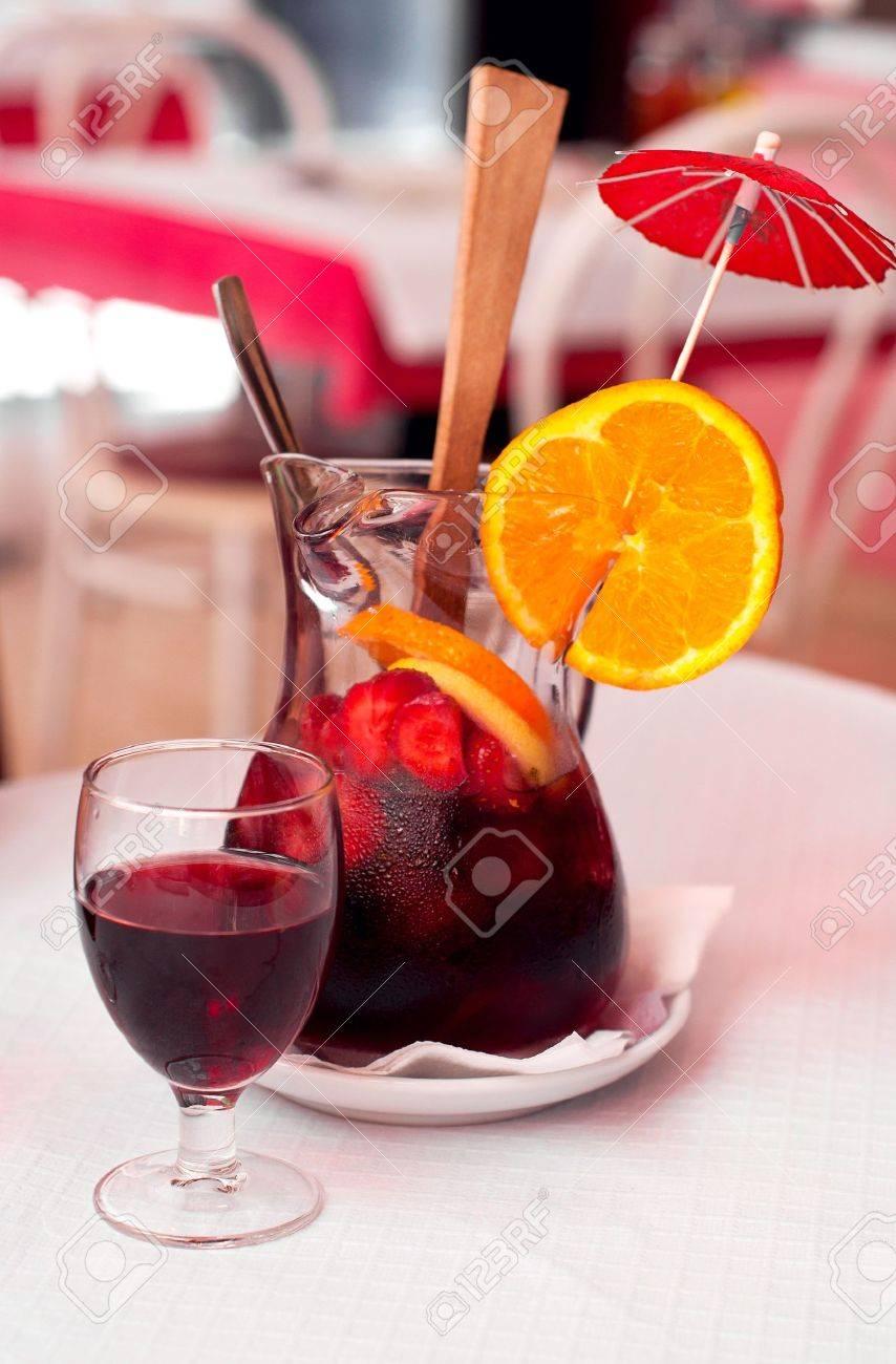 Traditionelle Spanische Wein Getränk Sangria Mit Erdbeeren, Orangen ...