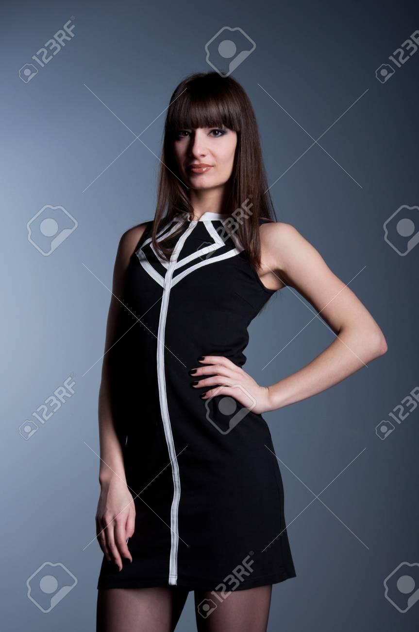 590f47c47ed 기하학적 인 패턴으로 검은 색과 흰색 우아한 드레스, 허리에 그녀의 손 ...
