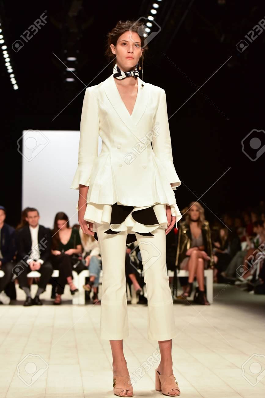 brand new 89155 69a09 SYDNEY / AUSTRALIA - 18 maggio: Modella cammina sulla passerella durante la  collezione di moda femminile C / Meo Collective durante la Mercedes Benz ...