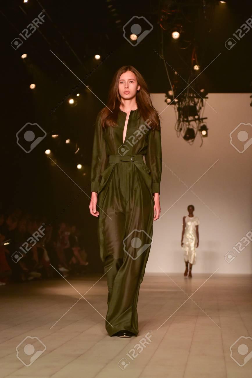 pretty nice 3c046 404c6 SYDNEY / AUSTRALIA - 17 Maggio: Modello cammina sulla pista durante Bianca  Spender collezione di moda femminile durante la Mercedes Benz Fashion Week  ...