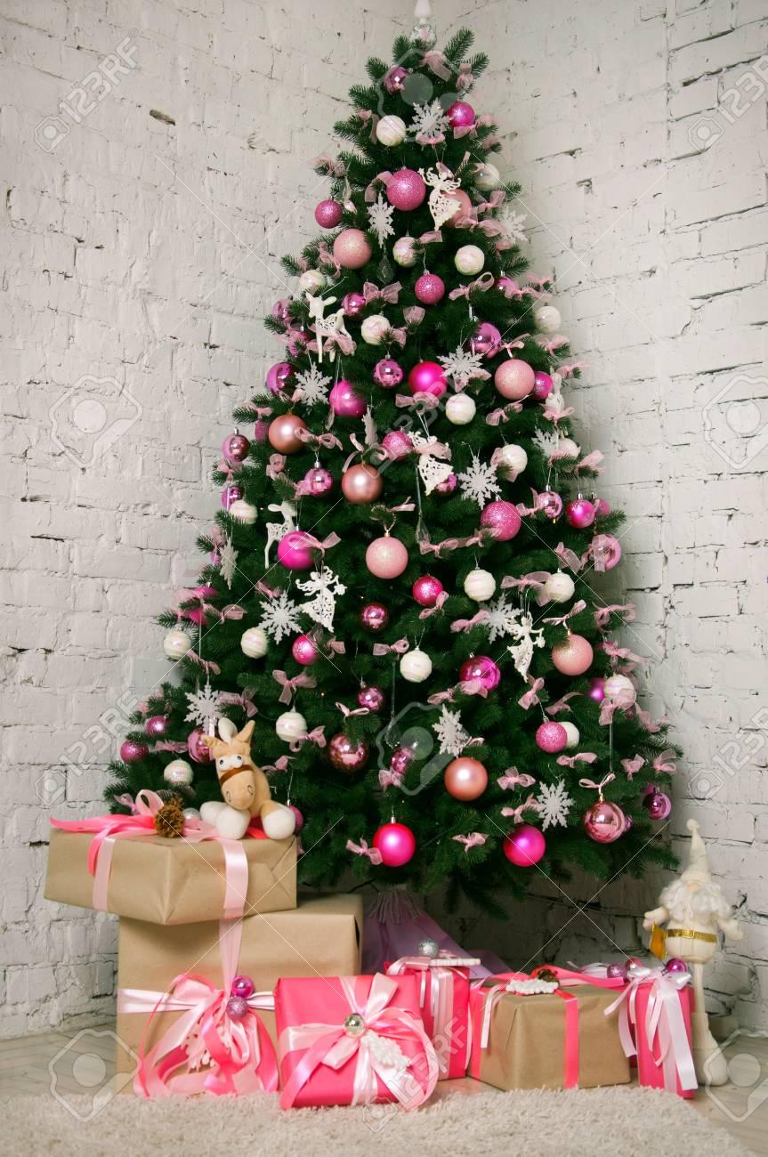 Gran árbol De Navidad Bellamente Decorado Con Adornos De Color Rosa ...