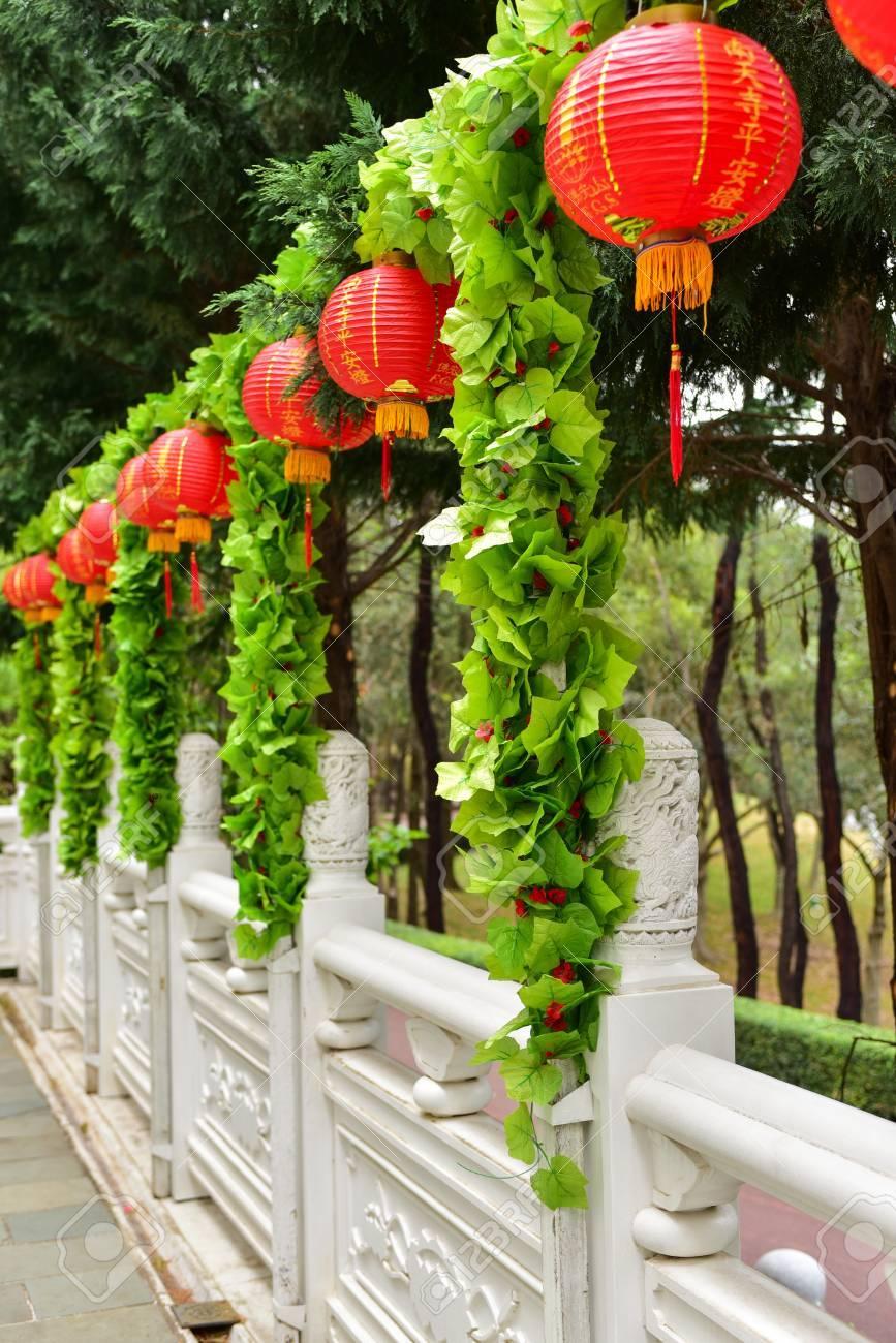 Red Festliche Chinesische Laternen Auf Einem Weissen Zaun Wand Gegen