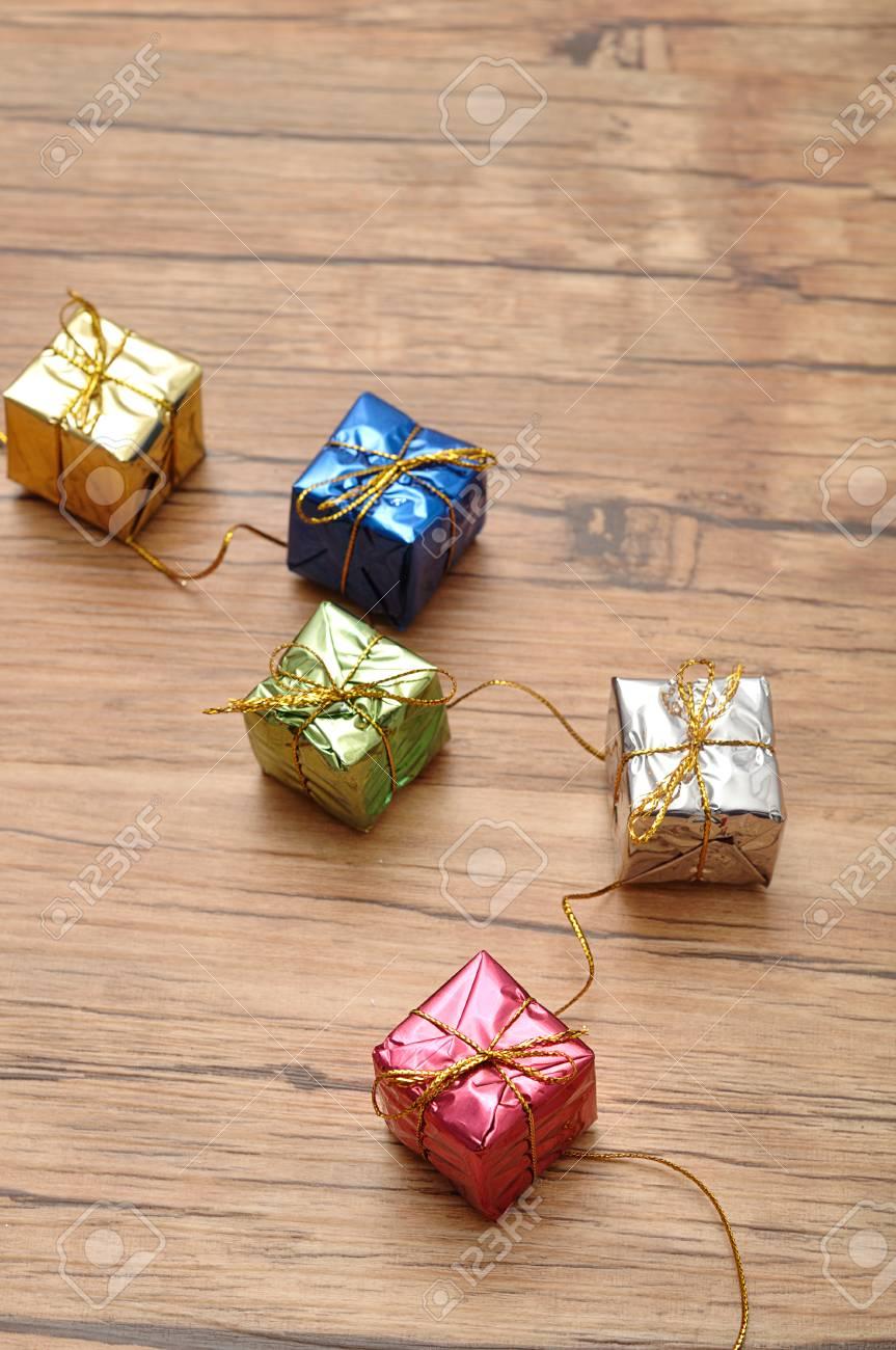 Kleine Kleine Geschenke Wickeln In Glänzendes Papier Ein Lizenzfreie