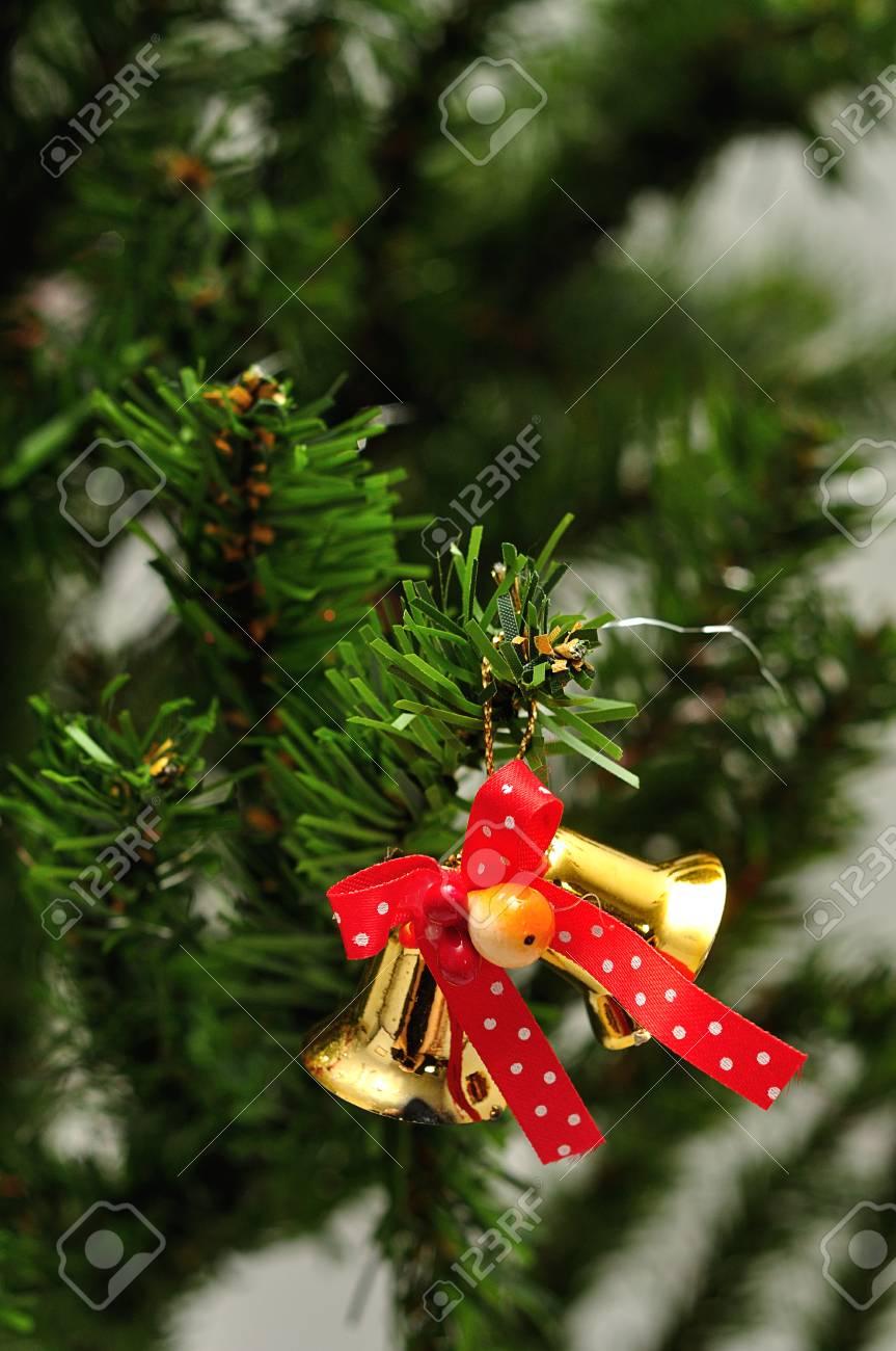 ed9af212122ca Campanas atadas con un lazo rojo para decorar un árbol de Navidad Foto de  archivo -