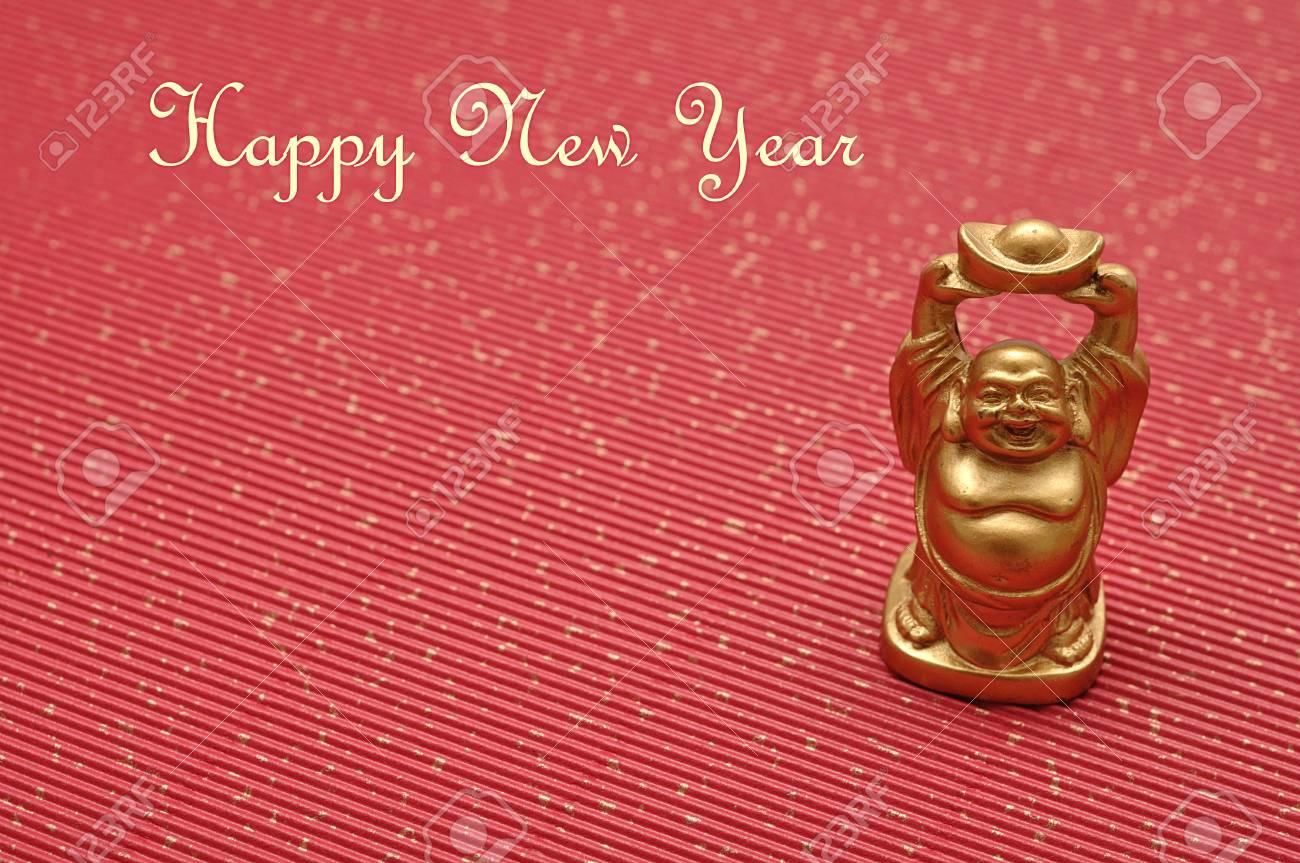 Figurine Dun Bouddha Doré Riant Et Joyeux Isolé Sur Fond Rouge Avec Un Message De Bonne Chance