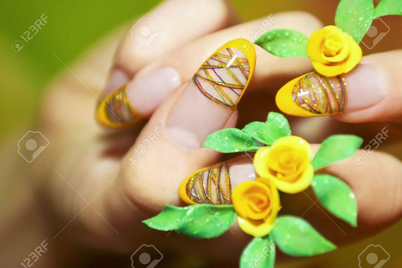 Nails Auf Eine Frau Die Hande Mit Hilfe Von Farbigen Faden Und Acryl