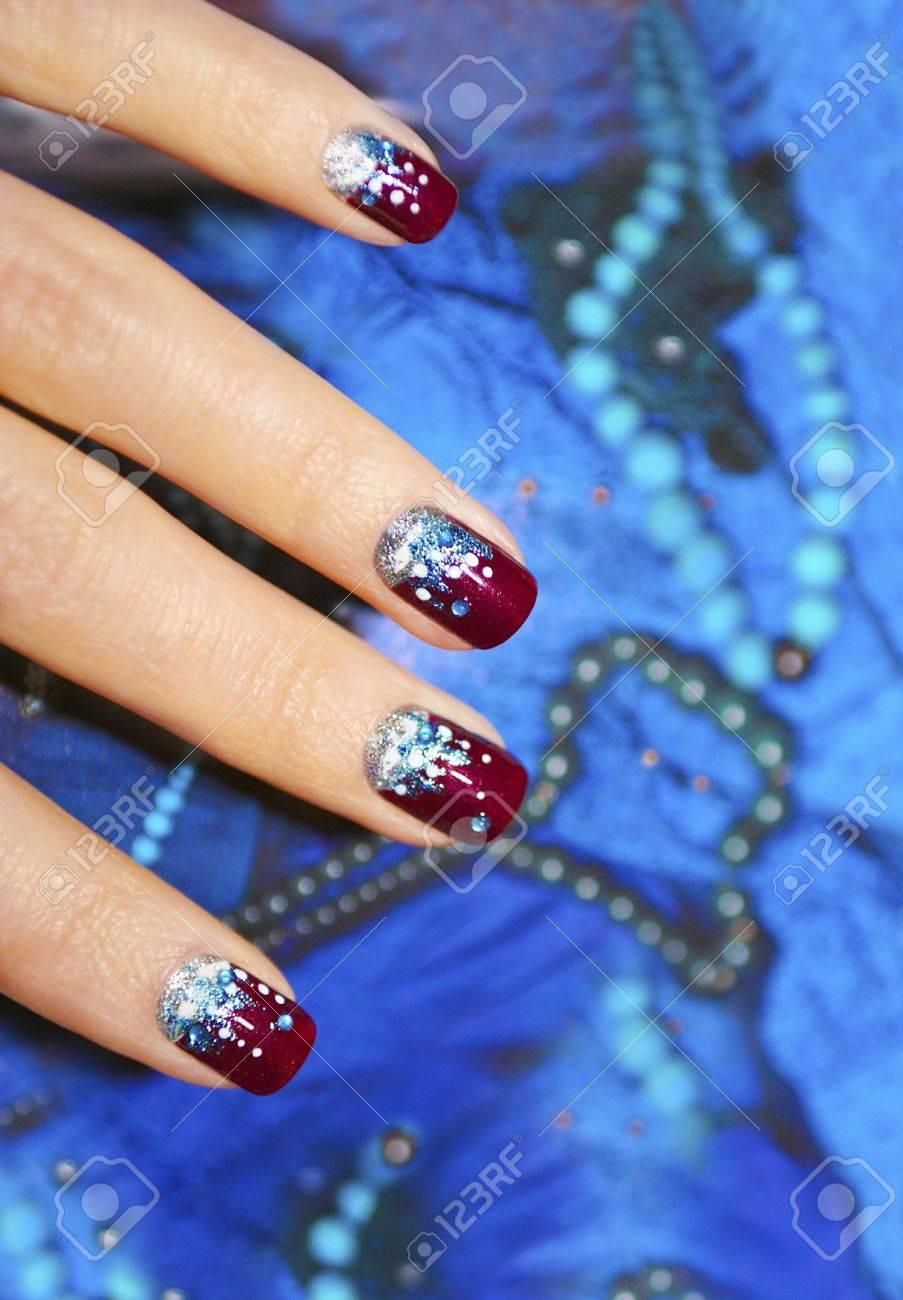 Festive Nageldesign Fur Kurze Nagel Auf Einem Blauen Hintergrund