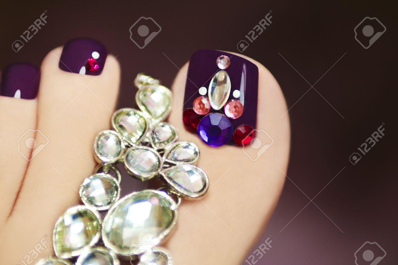 Pedicure Elegante Con Pedrería En Pie Femenino Esmalte De Uñas De ...