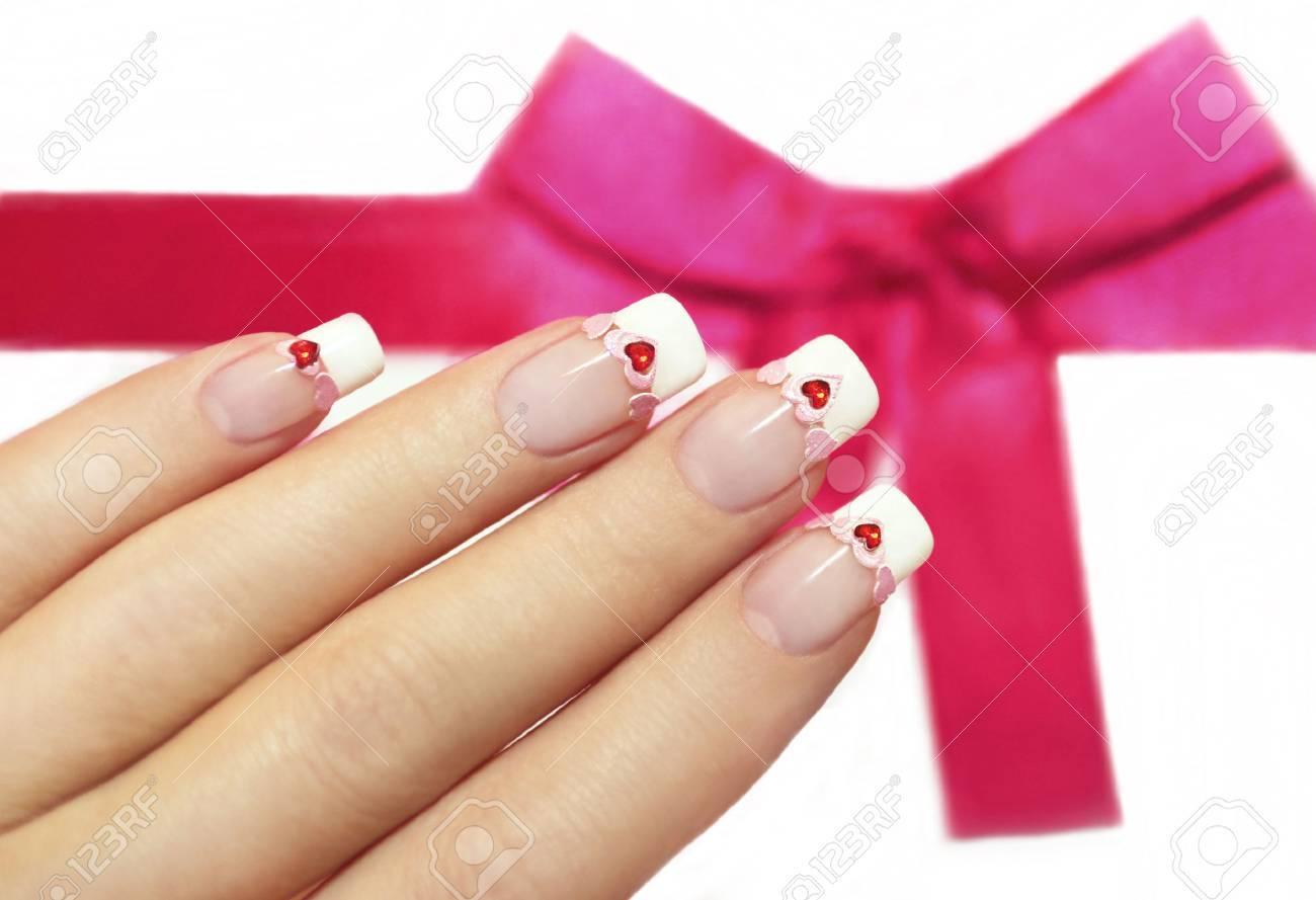 Manicura Francesa Hermosa Con Corazones De Color Rosa Y Rojo En Las Uñas