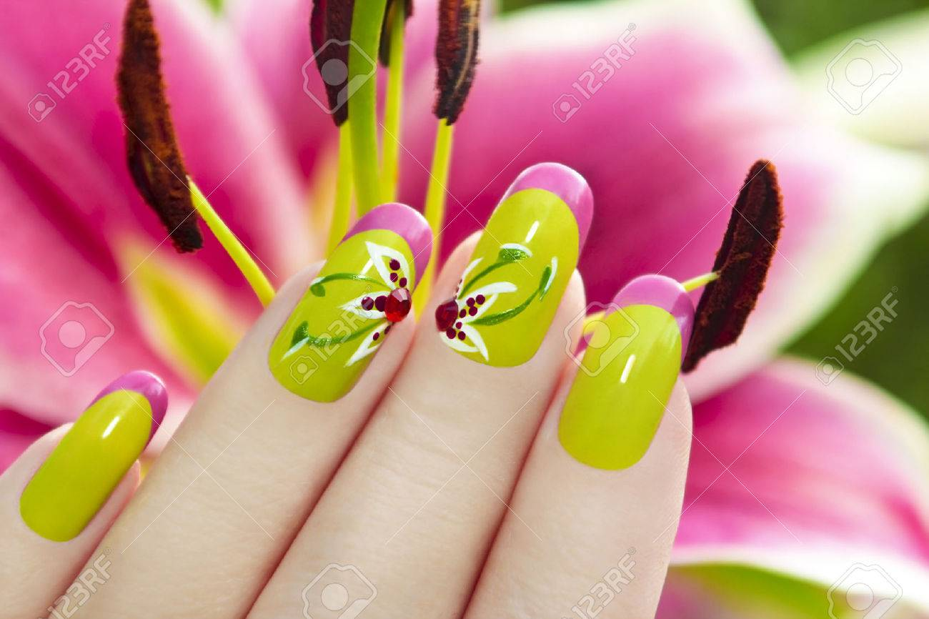 ??????????? ??????? ? ???????? ?????? ?? ???? ?????.. French manicure with a picture of a flower on a background of lilies. - 32302990