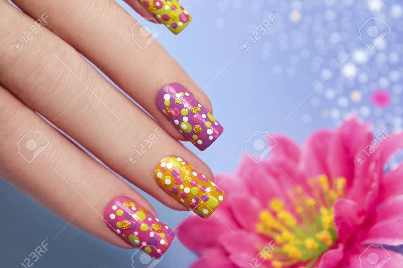 Manicura Con Barniz Multicolor Para Las Uñas Y El Mismo Diseño En Forma De Puntos En La Mano Las Mujeres S