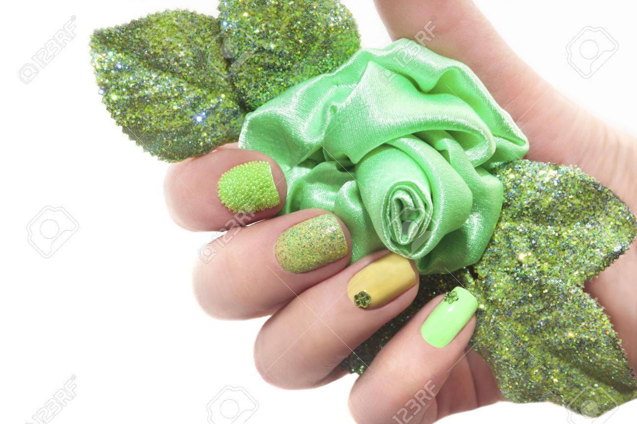Manicura Con Rosa Verde Y Un Diseño Diferente De Lentejuelas Y ...
