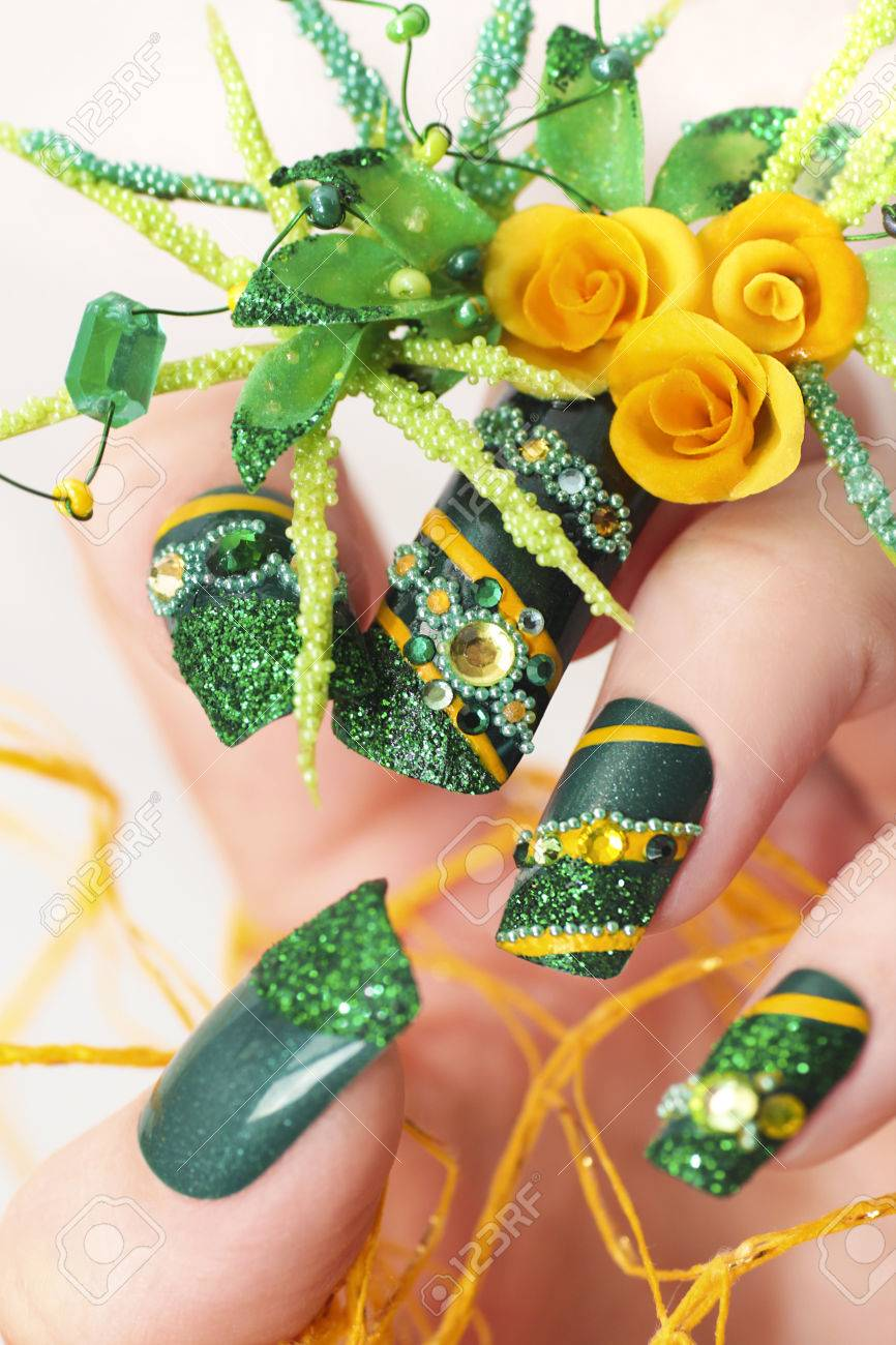 Diseñe Las Uñas De Acrílico Verdes Con Las Rosas Amarillas Y Los ...