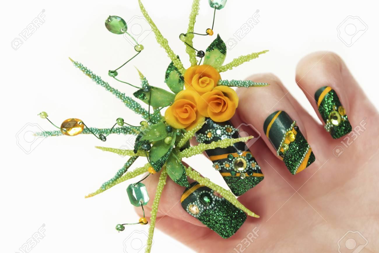 Diseño De Uñas Con Rosas Amarillas Acrílicas Y Hojas Manos Mano ...