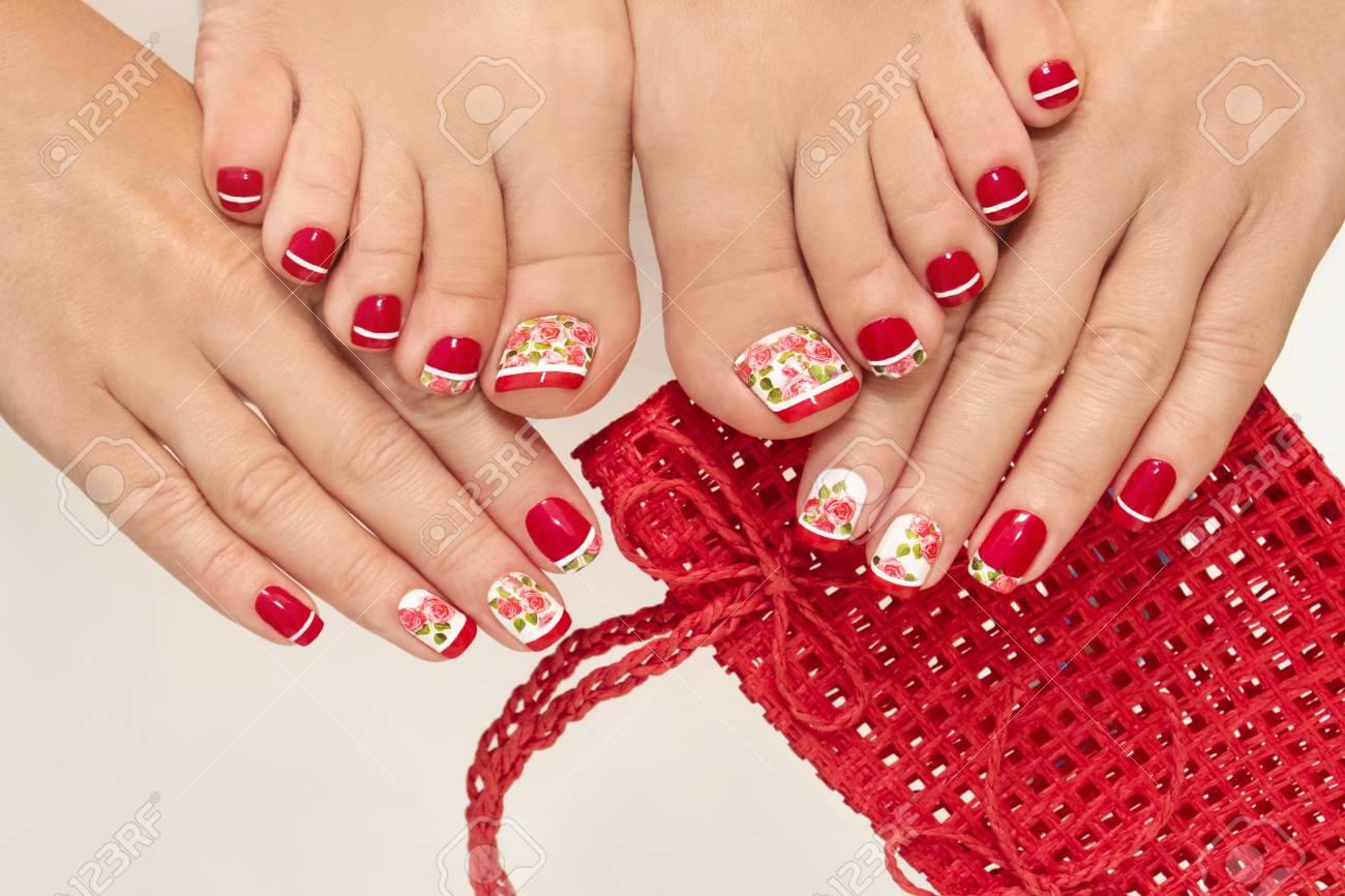 Manicura Francesa Roja Y Pedicura Con El Diseño De Rosas Sobre Un Fondo Blanco