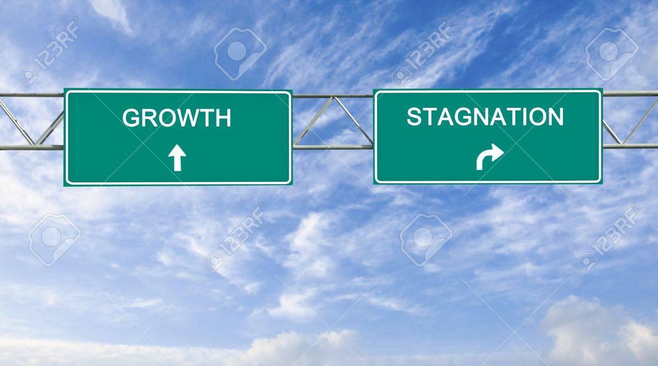 成長と停滞する道路標識 の写真素材・画像素材 Image 19604915.
