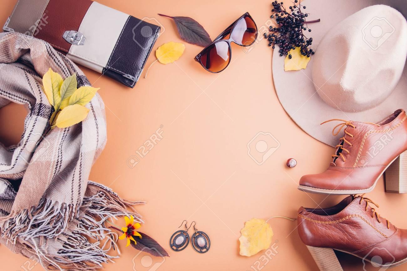 la plus récente technologie artisanat de qualité à bas prix Tenue féminine automne. Ensemble de vêtements, chaussures et accessoires  sur fond marron