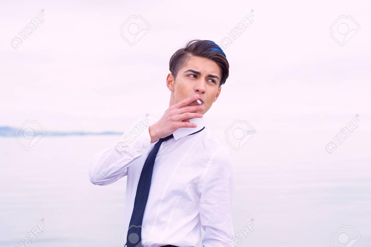 jeune adolescent fumant le sexe